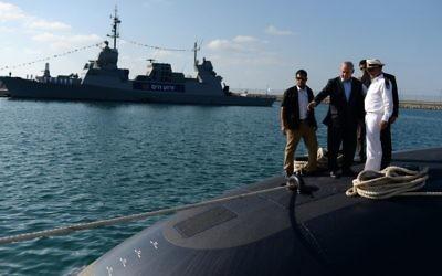 Le Premier ministre Benjamin Netanyahu sur l'INS Tanin, sous-marin construit par la firme allemande ThyssenKrupp, à son arrivée en Israël, le 23 septembre 2014. (Crédit : Kobi Gideon/GPO/Flash90)
