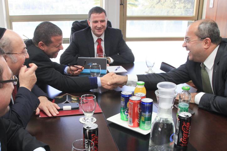 Le président du parlement israélien Yuli Edelstein rencontre des représentants des factions de la Knesset, parmi lesquels Ahmad Tibi (à droite) dans son bureau du parlement israélien le 3 décembre 2014 (Crédit : Isaac Harari/Flash90)