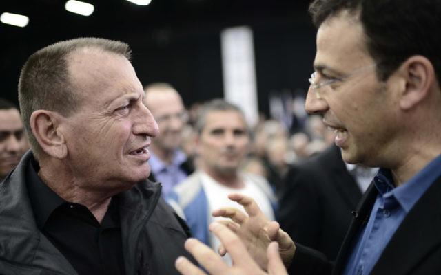 Le maire de Tel Aviv Ron Huldai (à gauche) et le journaliste Raviv Drucker, le 14 décembre 2014. (Crédit : Tomer Neuberg/Flash90)