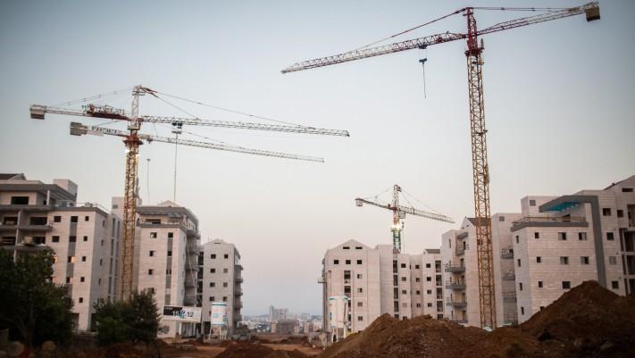 Photo d'illustration de nouveaux immeubles qui contiendront des appartements en construction dans la ville du centre d'Israël de Ra'anana, le 25 juillet 2015 (Crédit :  Hadas Parush/Flash90)