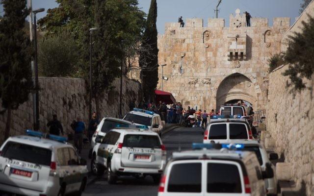 Illustration : La police israélienne sur la scène d'une tentative d'attaque au couteau contre un policier à la porte des Lions de la Vieille Ville de Jérusalem, le 12 octobre 2015. (Crédit : Yonatan Sindel/Flash90)