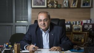 Le Parlementaire Ahmad Tibi dans son bureau de la Knesset à Jérusalem, le 3 novembre 2015. (Crédit : Hadas Parush/Flash90)
