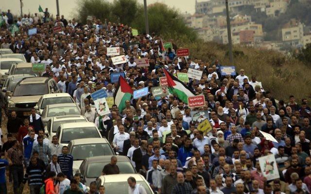Des milliers de partisans du Mouvement Islamique en Israël, et le leader de sa branche du nord,  Sheikh Raed Salah, manifestent contre la décision de l'interdiction de la branche du nord, le 28 novembre 2015 à  Umm al-Fahm,dans le nord d'Israël (Crédit :  Muammar Awad/Flash90)