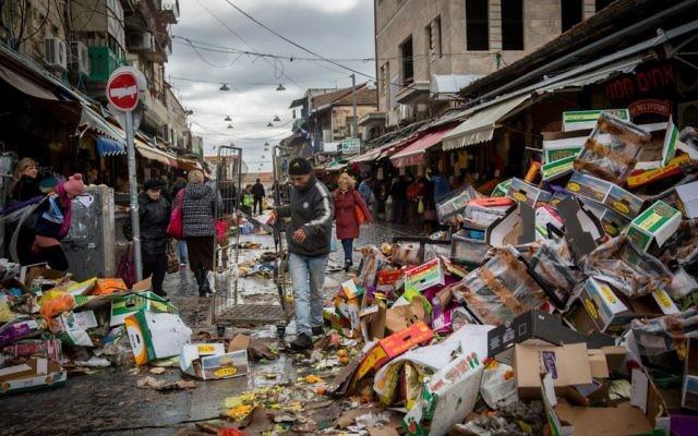 De la nourriture jetée à l'entrée du marché Mahane Yehuda de Jérusalem, le 3 janvier 2016 (Crédit : Hadas Parush / Flash90)