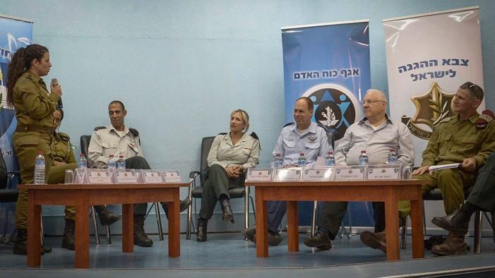 De droite à gauche, le major-général Yair Golan, le président Reuven Rivlin et le major-général Hagai Topolanski en visite sur la base militaire de Mihve Alon dans le nord d'Israël, le 15 juin 2016. (Crédit : Mark Neyman/GPO)