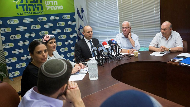 Naftali Bennett, le président du parti HaBayit HaYehudi, pendant une réunion avec ses députés à la Knesset, le 20 juin 2016. (Crédit : Miriam Alster/Flash90)