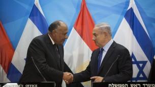 Le Premier ministre Benjamin Netanyahu rencontre le ministre égyptien des Affaires étrangères Sameh Choukry, dans les bureaux du Premier ministre à Jérusalem, le 10 juillet 2016. (Crédit : Hadas Parush/Flash90)