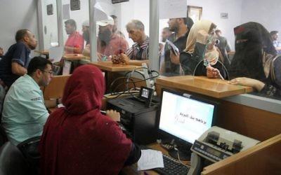Photo d'illustration d'un bureau de poste dans la bande de Gaza (Crédit : Abed Rahim Khatib/Flash90)