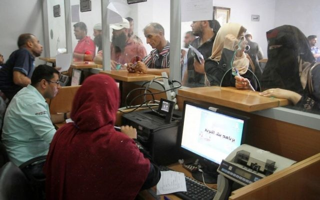 Photo d'illustration d'un bureau de poste dans la bande de Gaza (Crédit : Abed Rahim Khatib/Flash90)