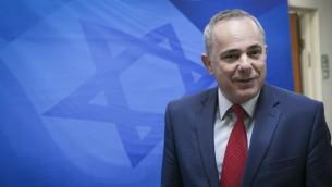 Yuval Steinitz, ministre de l'Energie, avant la réunion de cabinet hebdomadaire dans les bureaux du Premier ministre Benjamin Netanyahu à Jérusalem, le 30 octobre 2016. (Crédit : Ohad Zwigenberg)