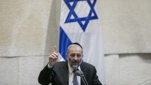 Le ministre de l'Intérieur Aryeh Deri à la Knesset, le 7 novembre 2016. (Crédit : Yonatan Sindel/Flash90)