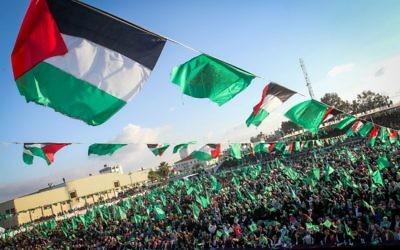 Des partisans du Hamas pendant le rassemblement célébrant le 29e anniversaire du groupe terroriste, à Khan Yunis, dans le sud de la bande de Gaza, le 11 décembre 2016. (Crédit : Abed Rahim Khatib/Flash90)