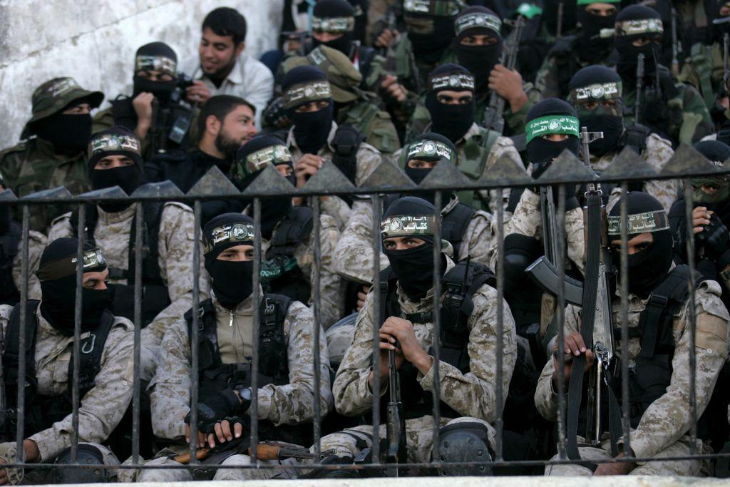 Des membres des Brigades Ezzedine al-Qassam Brigades, la branche armée du Hamas, pendant le rassemblement célébrant le 29e anniversaire du groupe terroriste, à Khan Yunis, dans le sud de la bande de Gaza, le 11 décembre 2016. (Crédit : Abed Rahim Khatib/Flash90)