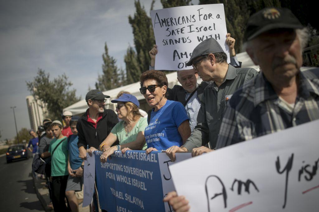 Les habitants de l'implantation d'Ofra et de l'avant-poste d'Amona, en Cisjordanie, manifestent pour demander l'approbation d'un projet de loi régularisant les avant-postes, devant les bureaux du premier ministre, à Jérusalem, le 13 novembre 2016. (Crédit : Yonatan Sindel/Flash90)