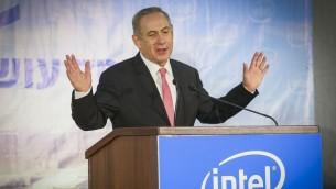 Le Premier ministre Benjamin Netanyaou s'exprimant lors d'une cérémonie à l'usine d'Intel de Kiryat Gat, le 14 novembre 2016 (Crédit : Flash90)
