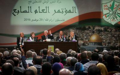 Mahmoud Abbas, président de l'Autorité palestinienne, pendant son discours devant le 7e congrès du Fatah, réuni à la Mouqataa, le siège de l'Autorité à Ramallah, en Cisjordanie, le 30 novembre 2016. (Crédit : Flash90)