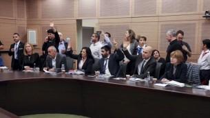 Les députés votent pendant une réunion de la commission de la Constitution, du Droit et de la Justice de la Knesset sur le projet de loi dit de régulation, le 30 novembre 2016. (Crédit : Issac Harari/Flash90)