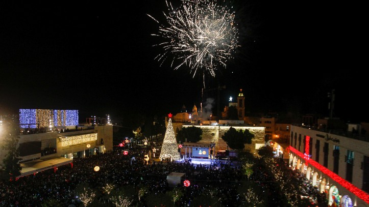 Feux d'artifice pendant la cérémonie d'illumination de l'arbre de Noël de Bethléem, le 3 décembre 2016. (Crédit : Wisam Hashlamoun/Flash90)