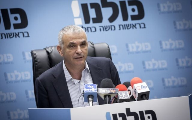 Moshe Kahlon, ministre des Finances et président de Koulanou, dirige la réunion de son parti à la Knesset, le 5 décembre 2016. (Crédit : Miriam Alster/Flash90)