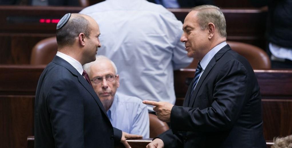Le Premier ministre Benjamin Netanyahu et son ministre de l'Education Naftali Bennett pendant une session plénière de la Knesset, le 5 décembre 2016. (Crédit : Yonatan Sindel/Flash90)