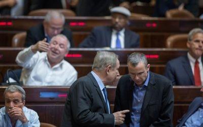 Le Premier ministre Benjamin Netanyahu (gauche) s'entretient avec le ministre Yariv Levin à la Knesset, le 7 décembre 2016. (Crédit : Hadas Parush/Flash90)