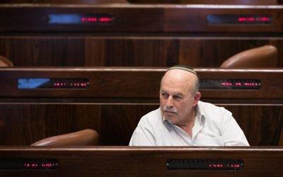 Nissan Slomiansky, député de HaBayit HaYehudi, pendant le vote d'un projet de loi dit de régulation pour légaliser les avant-postes de Cisjordanie, à la Knesset, le 7 décembre 2016. (Crédit : Yonatan Sindel/Flash90)
