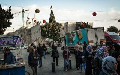 Les préparatifs de Noël sur la place de la Mangeoire de Bethléem, le 11 décembre 2016. (Crédit : Sebi Berens/Flash90)