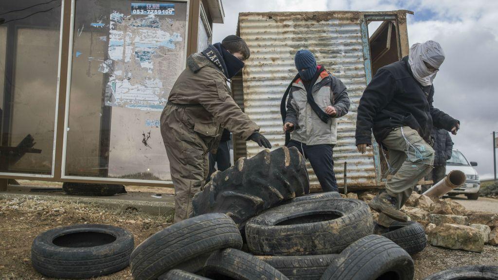 Des activistes se préparent à résister à l'évacuation de l'avant-poste d'Amona, en Cisjordanie, le 14 décembre 2016. (Crédit : Yonatan Sindel/Flash90)