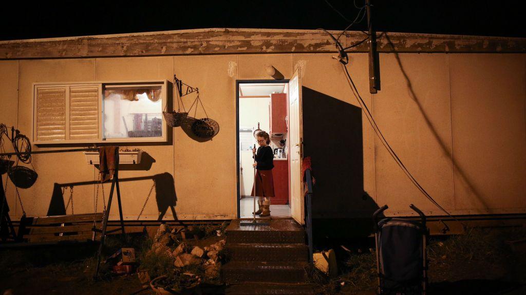 Une fillette israélienne devant l'entrée de sa maison, dans l'avant-poste d'Amona, en Cisjordanie, le 17 décembre 2016. (Crédit : Miriam Alster/Flash90)