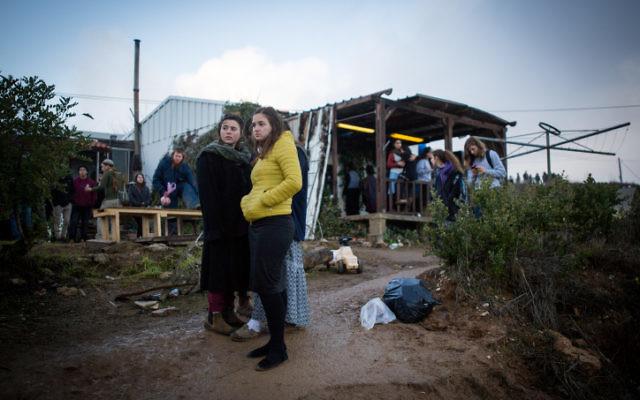 Des jeunes juifs, habitants d'implantations, après l'acceptation par les habitants d'Amona d'une proposition gouvernementale définissant l'évacuation pacifique du lieu et une relocalisation sur des terres adjacentes, le 18 décembre 2016. (Crédit :  Miriam Alster/Flash90)
