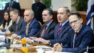 Le Premier ministre Benjamin Netanyahu, au centre, pendant la réunion hebdomadaire du cabinet dans ses bureaux, à Jérusalem, le 18 décembre 2016. (Crédit :Marc Israel Sellem/Pool)
