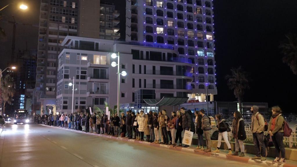 Manifestation contre l'échec de la communauté internationale à intervenir à Alep, entre les ambassades russe et américaine de Tel Aviv, le 18 décembre 2016. (Crédit : Tomer Neuberg/Flash90)