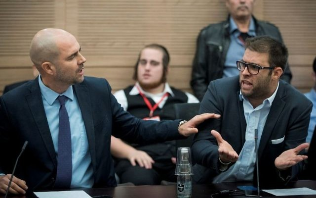 Les Députés Amir Ohana (à gauche) et Oren Hazan assistent à un comité de la Knesset débattant des allégations contre le législateur issu de la Liste arabe unie Basel Ghattas à Jérusalem le 20 décembre 2016 (Crédit :  Yonatan Sindel/Flash90)