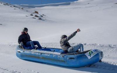 Des Israéliens utilisent un canot en caoutchouc pour faire de la lige sur le domaine skiable du mont Hermon, le 20 décembre 2016. (Crédit : Basel Awidat/Flash90)