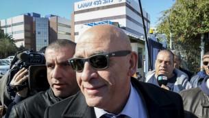 Basel Ghattas, au centre, député de la Liste arabe unie, à son arrivée à l'unité d'enquête Lahav 433 à Lod, le 20 décembre 2016. (Crédit : Flash90)