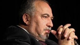 Le ministre de la Défense Avigdor Liberman pendant la conférence du barreau israélien à Tel Aviv, le 20 décembre 2016. (Crédit : Flash90)