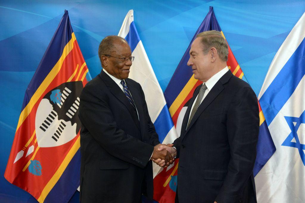 Le Premier ministre Benjamin Netanyahu t son homologue du Swaziland, Sibusiso Dlamini, dans les bureaux du Premier ministre à Jérusalem, le 20 décembre 2016. (Crédit : Haim Zach/GPO)