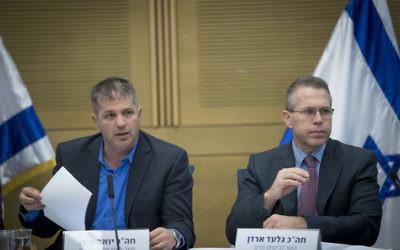 Yoav Kisch, député du Likud et président de la commission des Affaires internes de la Knesset, et Gilad Erdan, ministre de la Sécurité intérieure, pendant une réunion de la commission, le 20 décembre 2016. (Crédit : Yonatan Sindel/Flash90)