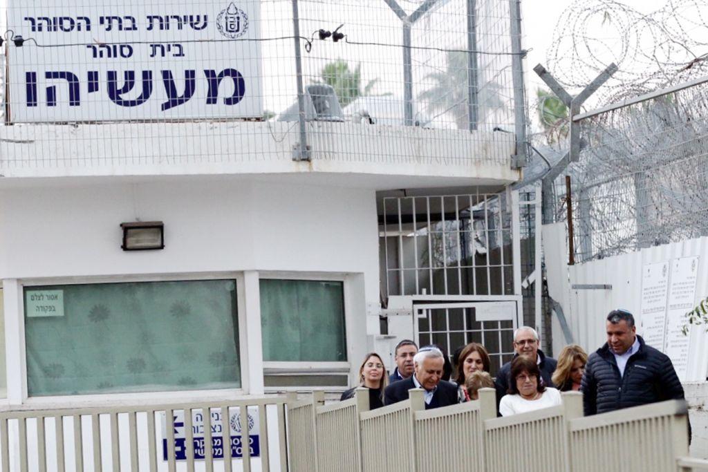 L'ancien président Moshe Katsav avec son épouse Gila et ses soutiens après sa libération de la prison Maasiyahu, le 21 décembre 2016. (Crédit : Aloni Mor/Flash90)