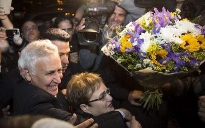 L'ancien président Moshe Katsav avec son épouse Gila à son arrivée chez lui après sa libération anticipée de la prison Maasiyahu Prison, à Kiryat Malachi, le 21 décembre 2016. (Crédit : Hadas Parush/Flash90)