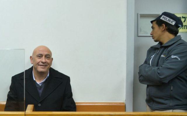 Basel Ghattas, député de la Liste arabe unie, à gauche, devant le juge des libertés de la cour des magistrats de Rishon Lezion, le 23 décembre 2016. (Crédit : Avi Dishi/Flash90)
