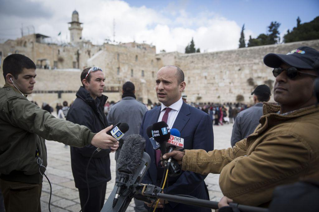 Naftali Bennett, président du parti HaBayit HaYehudi, demande l'annexion de parties de la Cisjordanie après le vote de la résolution 2334 du Conseil de sécurité des Nations unies devant le mur Occidental de la Vieille Ville de Jérusalem, le 25 décembre 2016. (Crédit : Hadas Parush/Flash90)