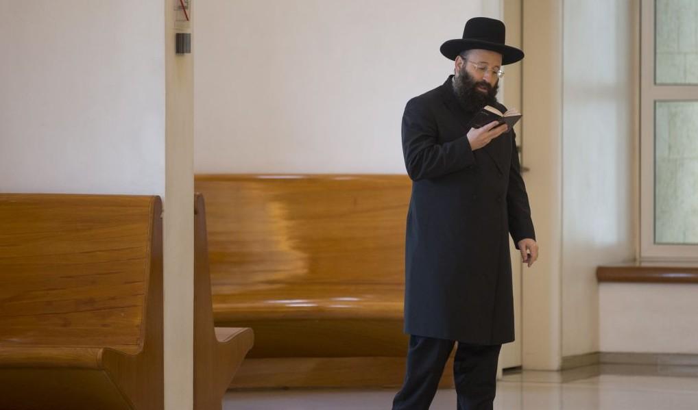 Rabbi Shmuel Rabinowitz, rabbin du mur Occidental, prie avant une audience à la Cour Suprême de Jérusalem qui autoriserait les femmes à lire dans les rouleaux de la Torah au mur Occidental, le 28 décembre 2016. (Crédit : Yonatan Sindel/Flash90)