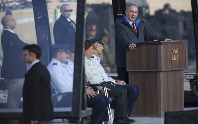 Le Premier ministre pendant cérémonie marquant la fin du cours des pilotes de l'armée de l'air israélienne sur la base aérienne Hatzerim, dans le désert du Néguev, le 29 décembre 2016. (Crédit : Miriam Alster/Flash90)