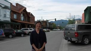 La rabbin Francine Green Roston, membre de Love Lives Here, une association locale de lutte contre les discriminations, à Whitefish, Montana. (Crédit : Uriel Heilman/JTA)