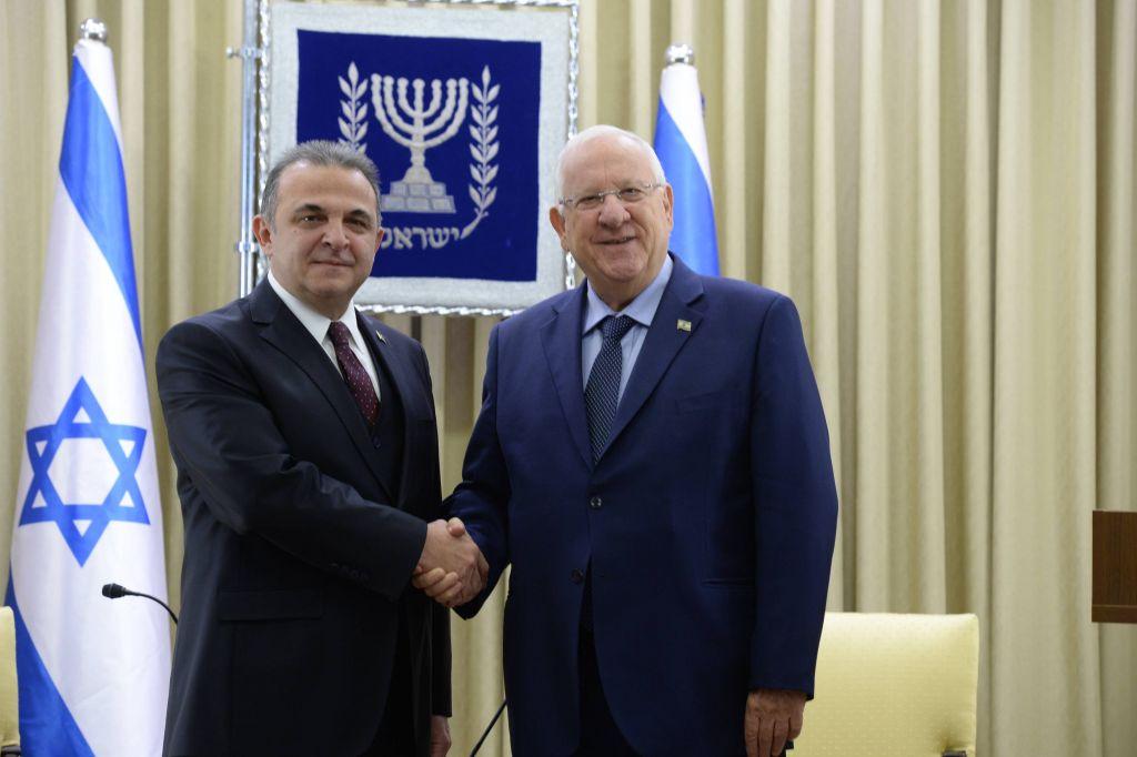 Le président Reuven Rivlin, à droite, et le nouvel ambassadeur de la Turquie en Israël, Kemal Okem, à Jérusalem, le 12 décembre 2016. (Crédit : Roi Avraham)