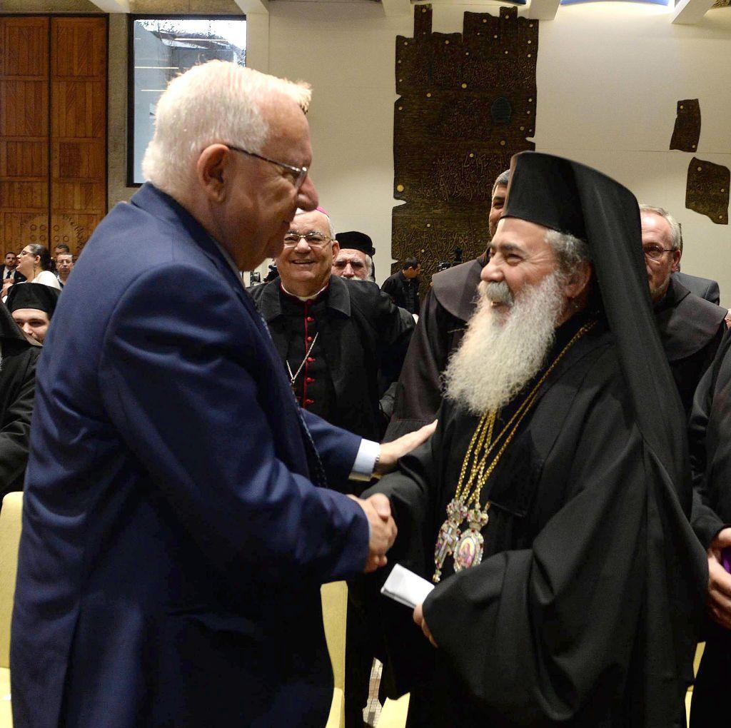 Le président Reuven Rivlin discute avec le Patriarche grec orthodoxe Théophile III  dans sa résidence de Jérusalem en l'honneur de la prochaine nouvelle année, le 27 décembre 2016 (Crédit : Mark Neiman/GPO)