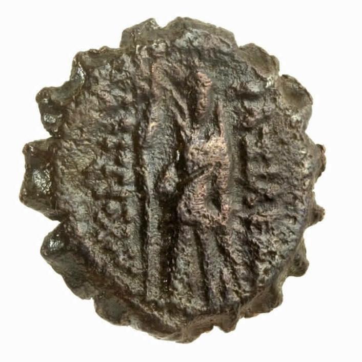 Le revers d'une pièce de bronze séleucide trouvée dans la Tour de David datant du règne d'Antiochos IV Epiphanes, le roi dans l'histoire de Hanoukka (Crédit : Autorisation du Musée de la Tour de David)