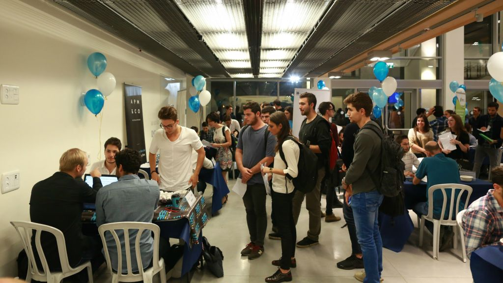 Rencontre entre les étudiants et les startups organisée par l'IDC en novembre 2016 (Crédit : Autorisation Adi Cohen Zedek)