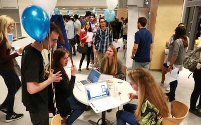 Rencontre entre les étudiants et les startups organisée par l'IDC (Crédit : Autorisation Adi Cohen Zedek)